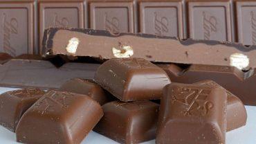 Sucrose esters of fatty acids in chocolate